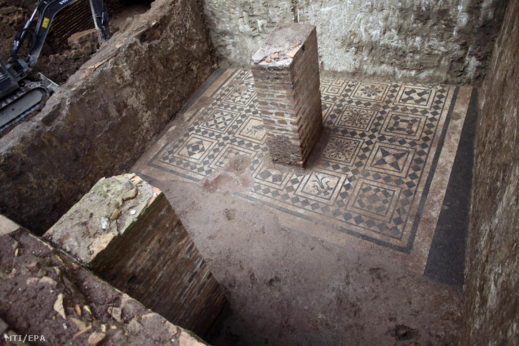 A római kulturális örökségvédelmi felügyelőség sajtóhivatala az SSBAR által közreadott kép egy lakóház mozaikpadlójáról