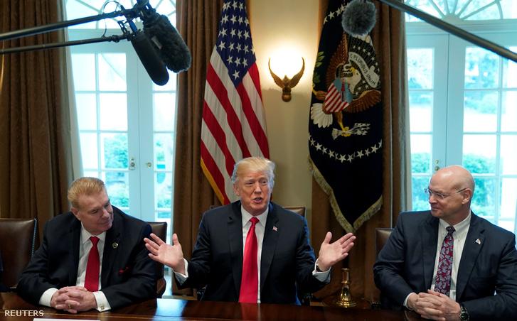 Donald Trump egyeztet az alumínium- és acélimport védővámjáról a Fehér Házban 2018. március 1-én. Mellette John Ferriola a Nucor acélipari cég és Dave Burritt US Steel vezetője.