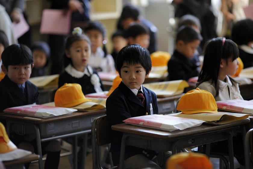 Iskolája válogatja, hogy melyik évfolyamtól - az elit iskolákban rendszerint korábban -, de a hetedik-nyolcadik osztálytól már kötelezően egyenruhát viselnek a diákok.