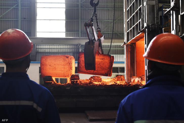 Kínai acélmunkások Couping egyik gyárában, Kína Csangdong tartományában 2018. március 5-én