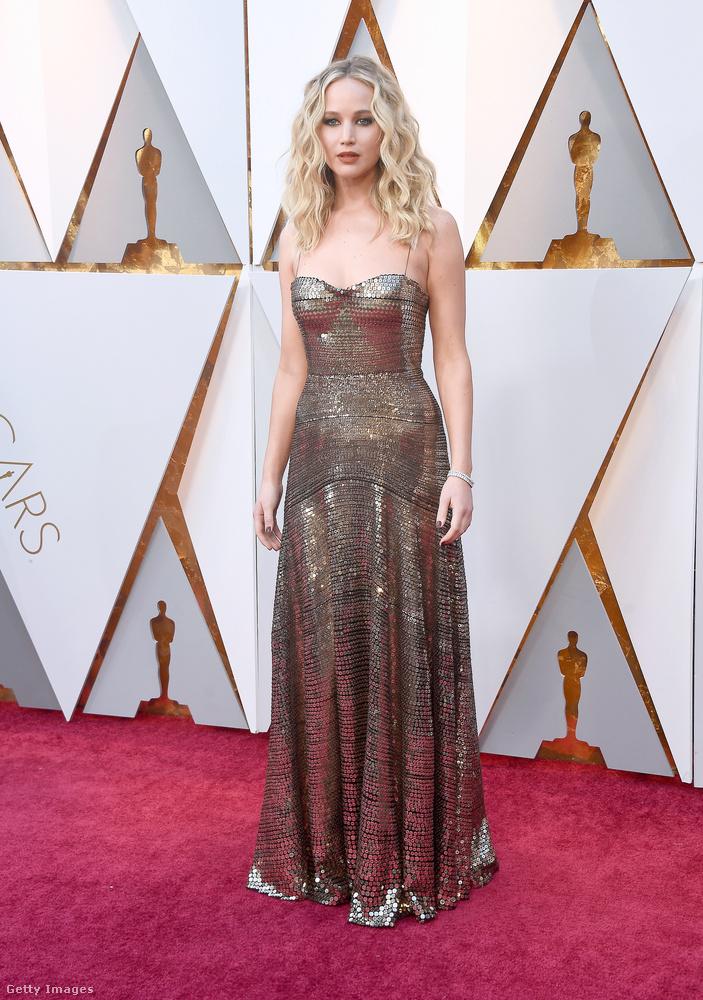 Ahogy Jennifer Lawrence is, akinek az elmúlt időszakban sok ilyen vörös szőnyeges megjelenése volt a Vörös veréb (nem budapesti) premierje miatt.