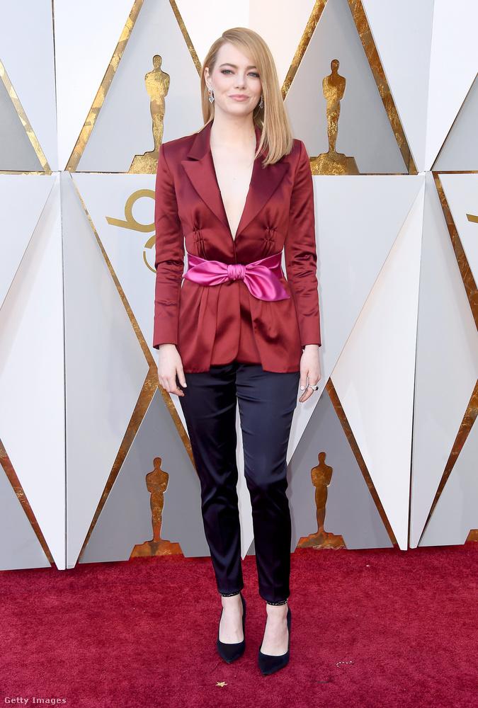Emma Stone pedig Emma Stone, aki a báli ruhát elhagyva is kiállta a vörös szőnyeg szépségpróbáját.