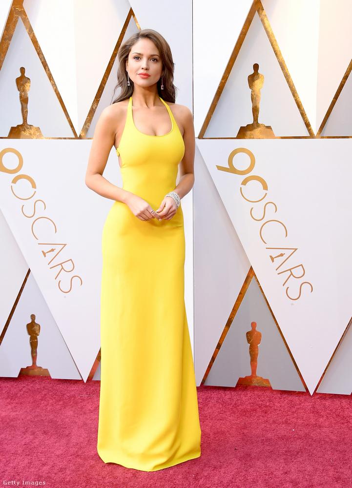 Eiza Gonzalez valamit hasonlót vett fel, csak sárgában.