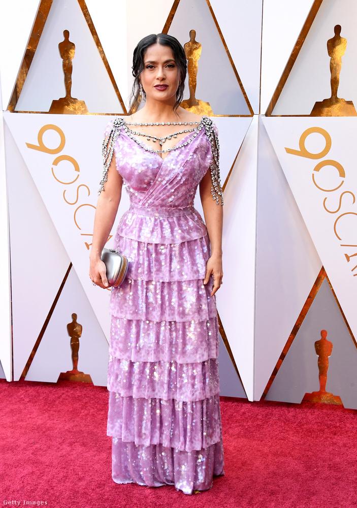 A közösségi oldalakon giccses csillárhoz hasonlítják Salma Hayek lila Gucci ruháját, ami egyébként remekül állt a színésznőnek.