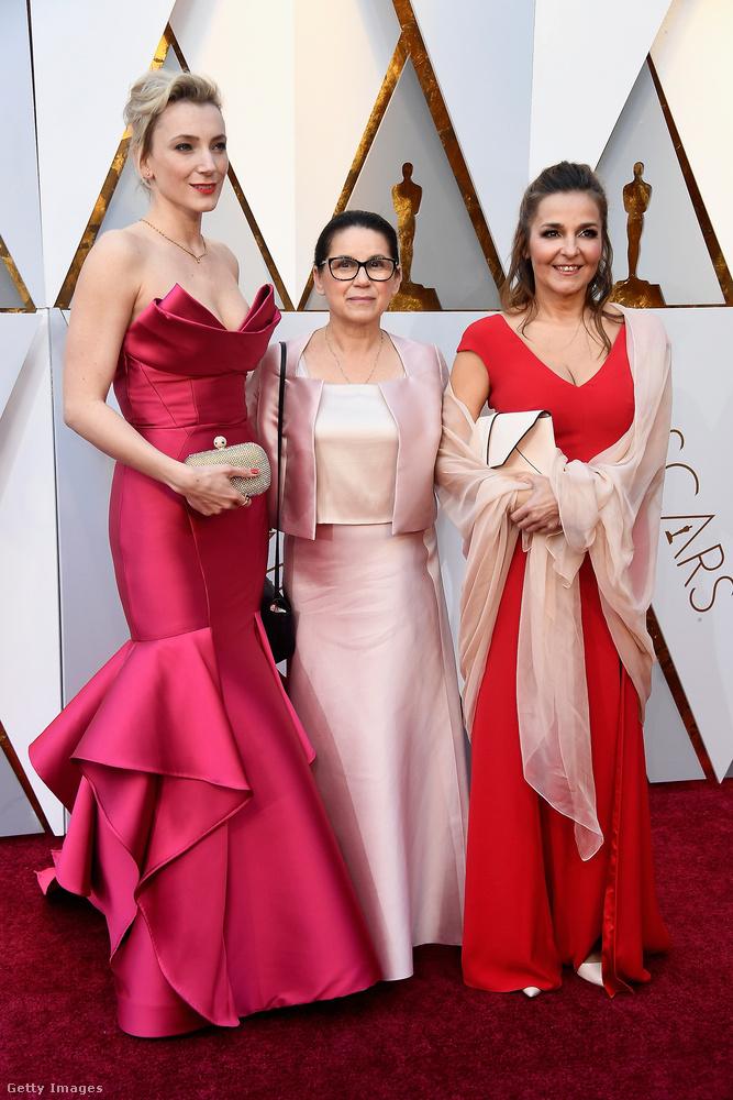Európa legjobb színésznője, Borbély Alexandra ebben a piros Monique Lhullier ruhában pózolt a legjobb idegen nyelvű film díjra jelölt Testről és lélekről című film rendezőjével és a szintén pirosba öltözött producerrel, Mécs Mónikával