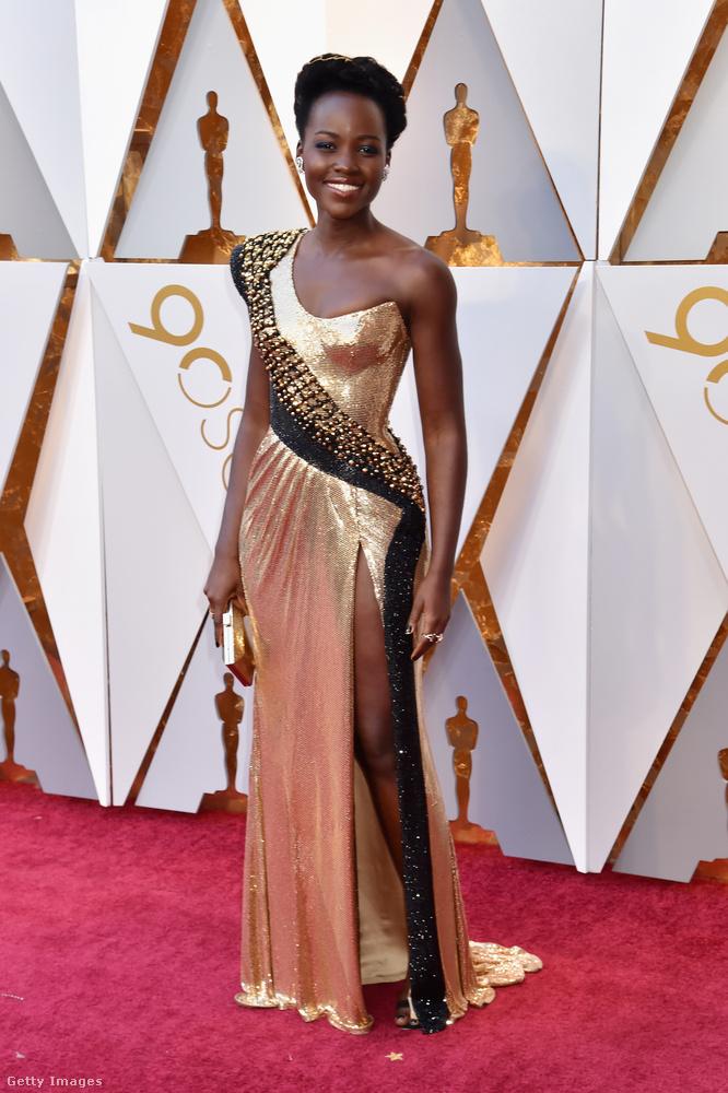 Lupita Nyong'o egyfajta aranyszobornak tűnt ebben az Atelier Versace ruhában.