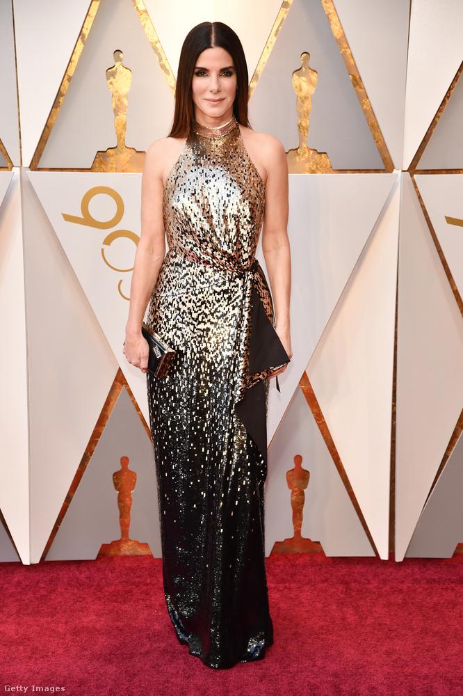 Sandra Bullock szerint is a csillogós ruha a sláger 2018-ban.