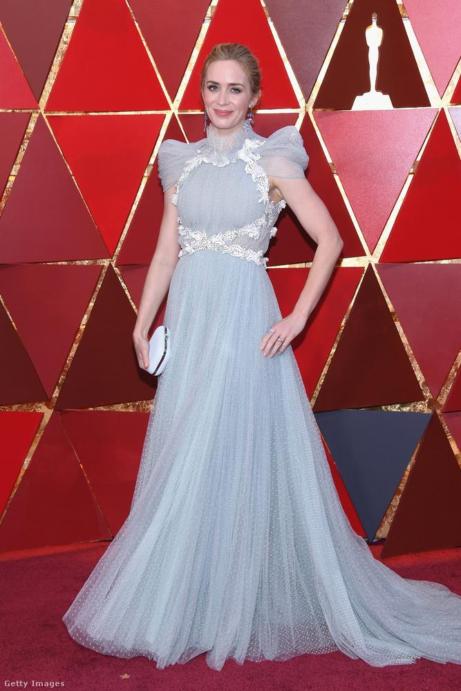 Emily Blunt hercegnős Schiaparelli haute couture estélyit választott a 90