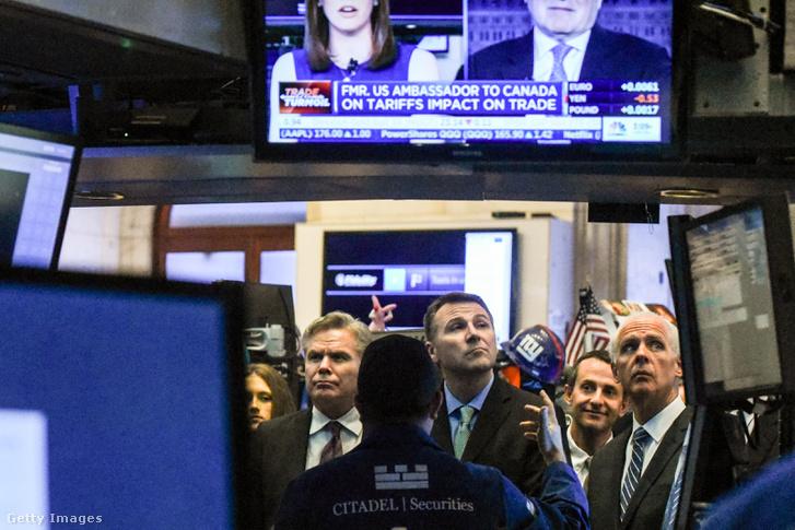 Kereskedők a New York-i tőzsdén figyelik az árfolyamok változását 2018. március 2-án. Donald Trump bejelentése az acél- és alumínium importról erős ingadozást okozott piacokon.