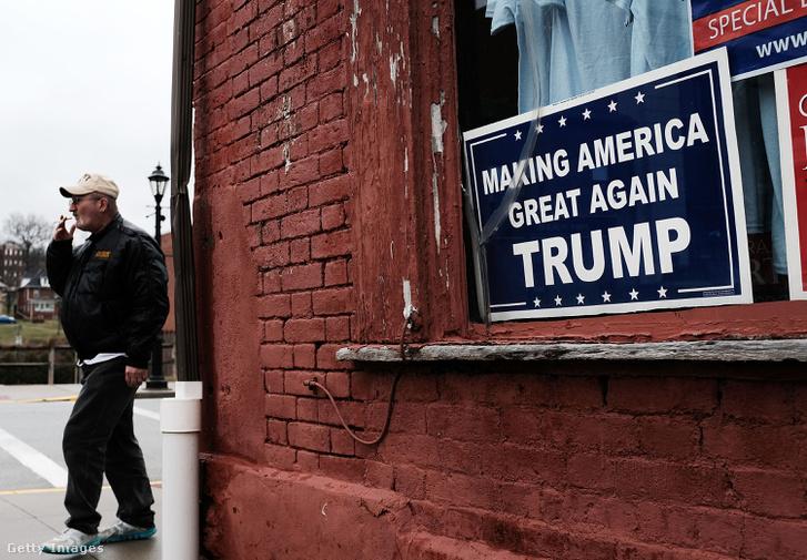 Donald Trump kampányszlogene egy ablakban a pennsylvaniai Waynesburgban 2018. március 1-én