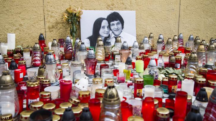 Mécsesek és virágok a meggyilkolt Ján Kuciak szlovák tényfeltáró újságíró és élettársa Martina fényképe előtt Pozsonyban 2018. február 27-én.