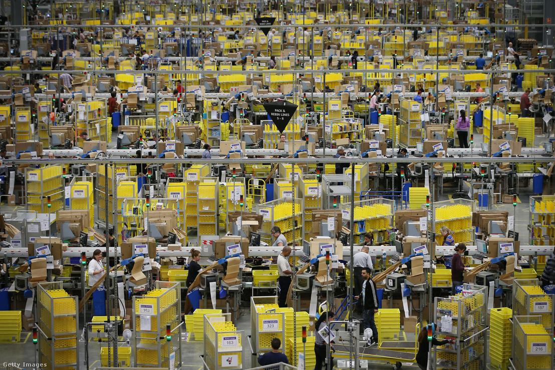 Az Amazon elektronikus kereskedelemmel foglalkozó amerikai cég elosztó raktára Angliában