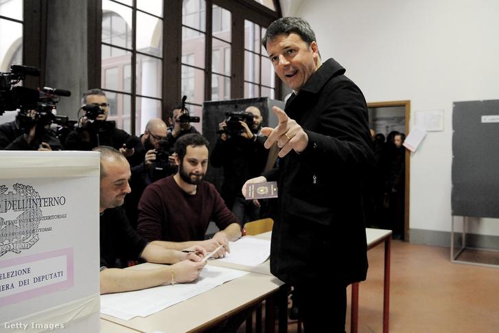 Matteo Renzi adja le a szavazatát 2018 március 4-én.