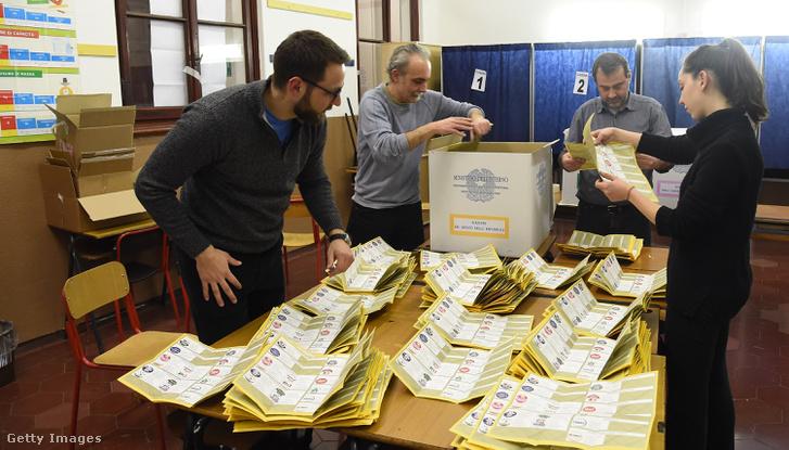 A szavazatokat számlálják Milánóban 2018 március 4-én.