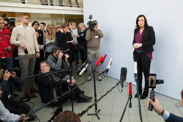 Elisabeth Köstinger mezőgazdasági és környezetvédelmi miniszter az Osztrák Néppárt (ÖVP) és az Osztrák Szabadságpárt (FPÖ) megállapodásának alapján megalakult osztrák koalíciós kormány első ülésének második napi kezdete előtt a stájerországi Leibnitz Seggau-kastélyában 2018. január 5-én.