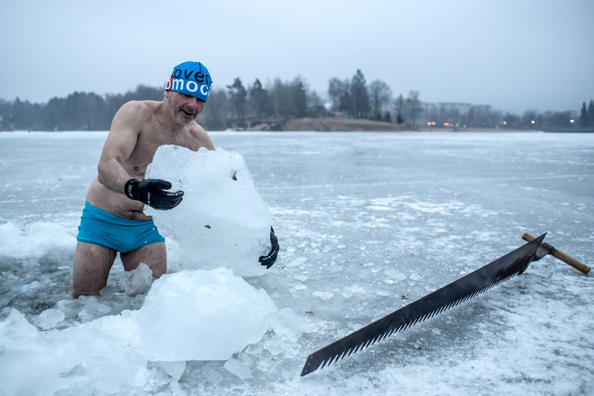 Petr Voboril kora reggel érkezik a víztározóhoz, és elkezdi kialakítani a rögtönzött, jégbe vájt medencét.