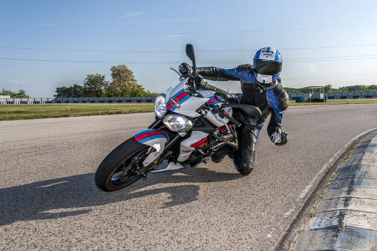 Maradj laza! Motorozás közben nem szabad folyamatosan feszíteni, mert baromi hamar elfáradsz, a fáradtság pedig szintén rontja a koncentrációt
