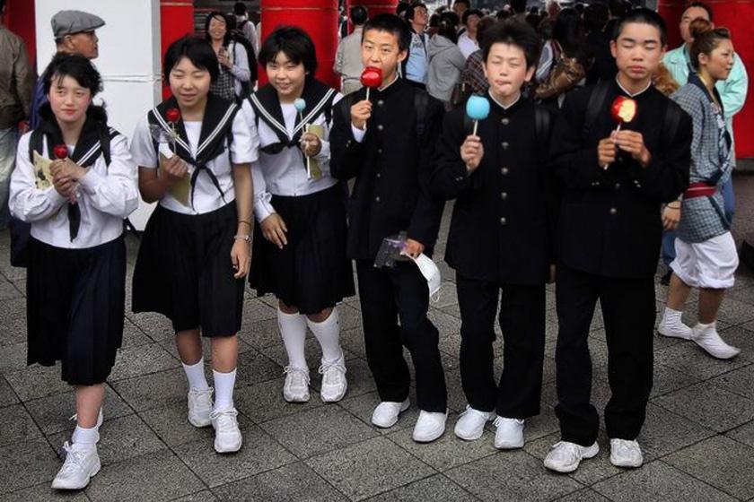 Közel mindegyik japán iskolában kötelező az egyenruha viselése. Iskolája válogatja, milyen az öltözék színe és szabása, de rendszerint sötét szoknya, nadrág és zakó, valamint fehér blúz vagy ing. A hagyományos japán szett a képen látható: a fiúk magas nyakú, zubbonyszerű zakót, a lányok matrózgalléros blúzt viselnek.
