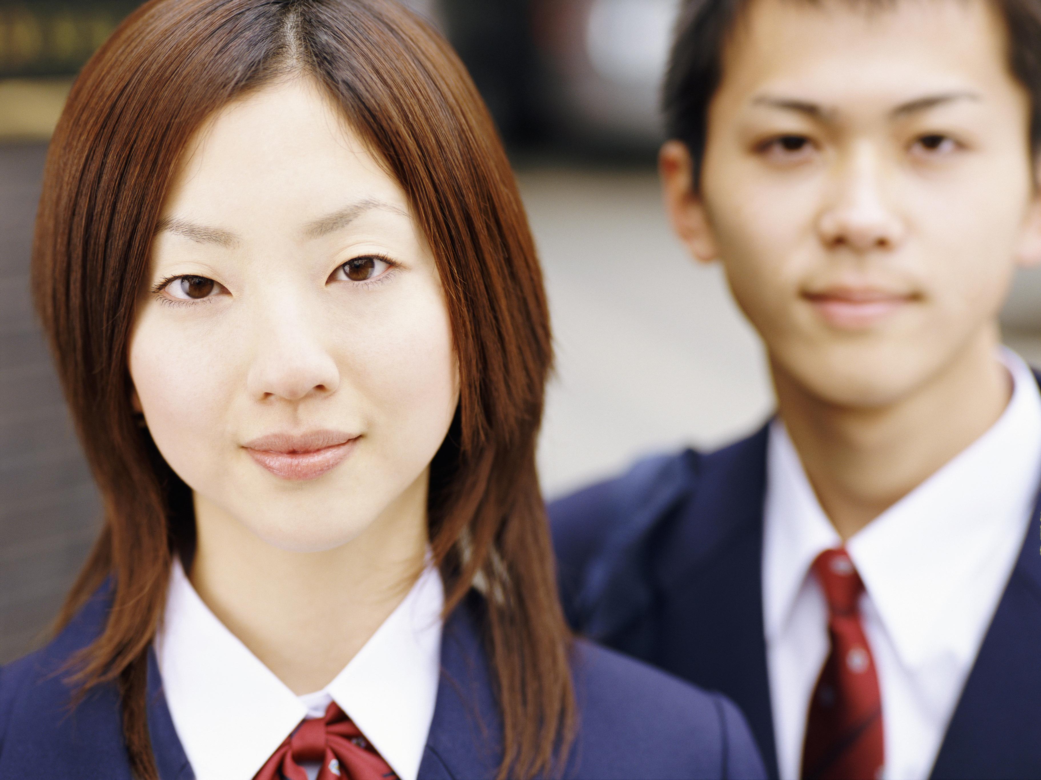 Bár itthon a középiskolákban, sőt, akár az általános iskolákban is járnak egymással fiúk és lányok, Japánban az ilyesmi tilos az iskola falain belül.