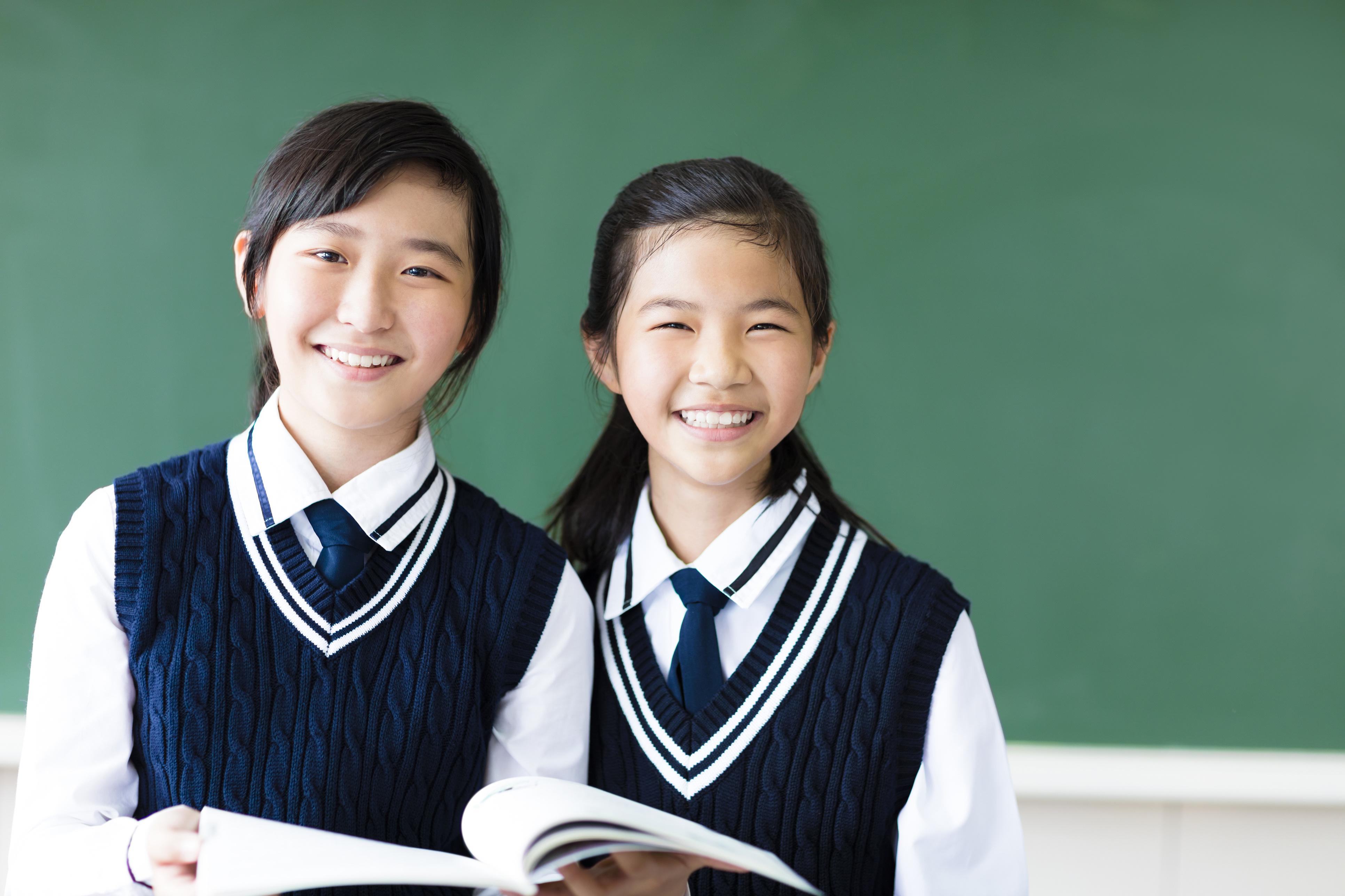 Rosszat érezni tilos: a japán - és általában a keleti - gyerekeket, diákokat abban a szellemben nevelik, hogy negatív érzelmeiket tartsák magukban. Csak a pozitív érzelmek kinyilvánítását tartják ildomosnak mindenkor, így az iskolában is.