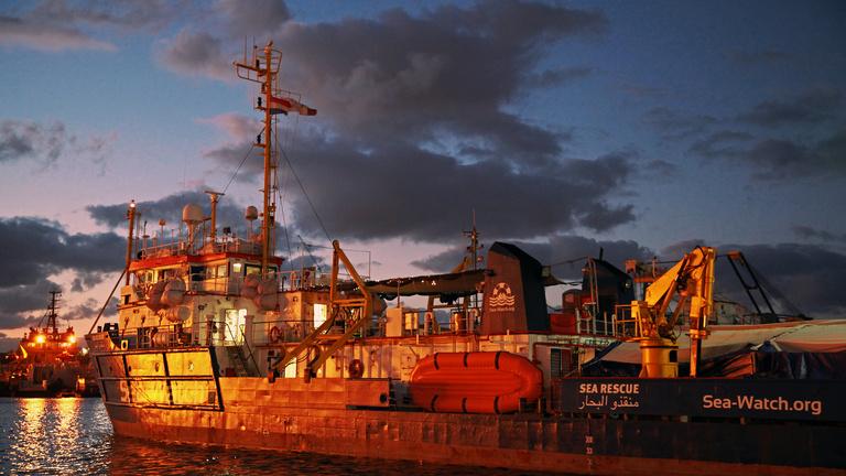 Két hete sodródik a tengeren egy mentőhajó, mert nem engedik kikötni