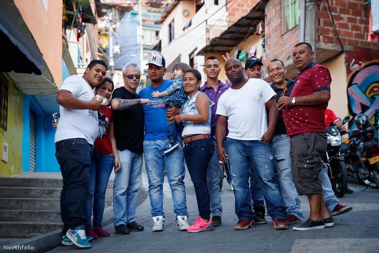 Emellett idegenvezetőként is dolgozik, Medellinben vezeti körbe a turistákat azokon a helyeken, ahol a bűncselekményeit elkövette és ahol Escobarral tevékenykedtek.