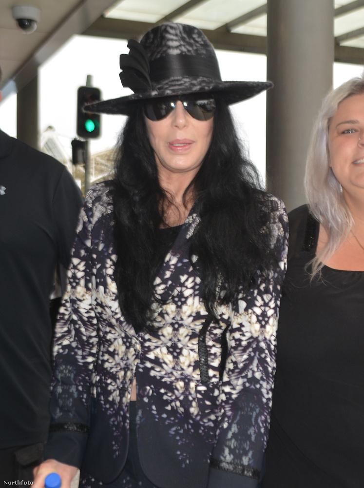 De ha nagyon akarjuk, azért a kalap, a fekete haj és a napszemüveg kombinációjának köszönhetően még egy kis Michael Jackson-szerűséget is fel tudunk fedezni.