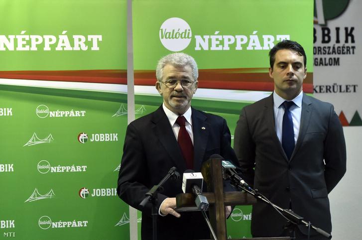 Makai Tibor jobbikos önkormányzati képviselő (b) és Vona Gábor, a Jobbik elnöke a párt XVIII. kerületi irodájában tartott sajtótájékoztatón 2017. március 3-án.