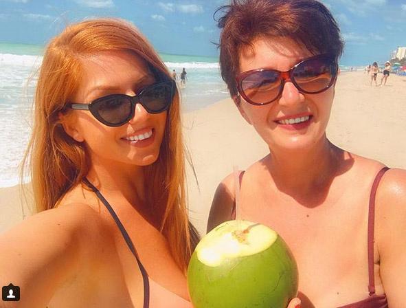 Tolvai Reni és édesanyja bikiniben mosolyognak közös fotójukon a floridai tengerparton.