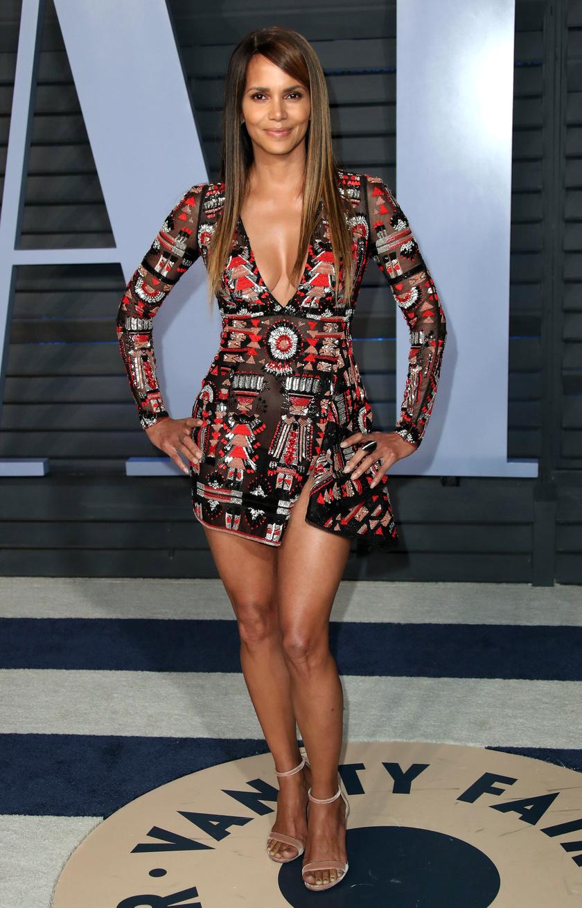 Halle Berry egy rövidke Zuhair Murad-ruhában partizott: ennél többet nehezen mutathatott volna magából.