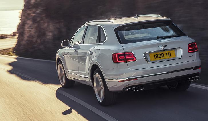 450 lóerő körül összteljesítményével nem lesz gyenge a hibrid Bentley, de a V6-os motor méltatlan
