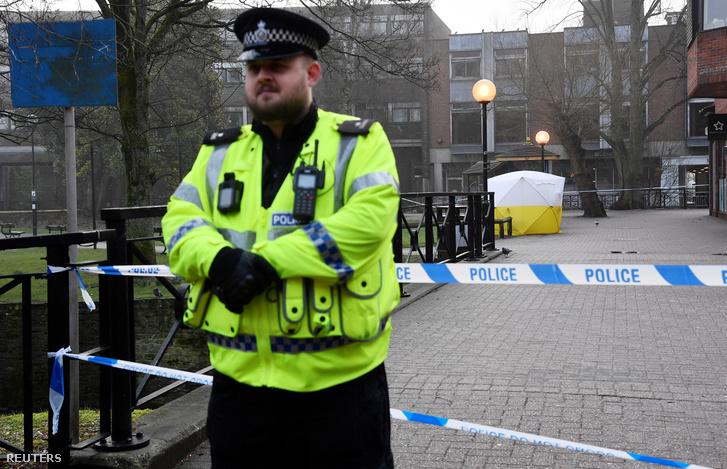 Rendőrök egy bevásárlóközpont előtti köztéren felállított sátornál az angliai Salisburyben 2018. március 6-án, két nappal az után, hogy Szergej Szkripal volt orosz kémet és egy nőismerősét eszméletlenül találták a téren levő padok egyikén.