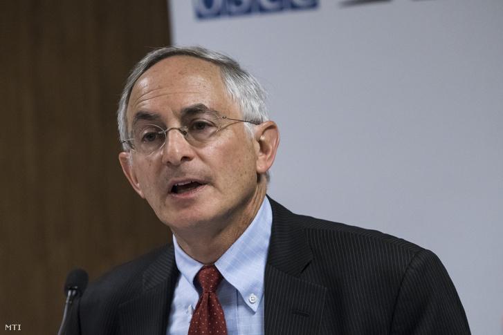 Douglas Wake az Európai Biztonsági és Együttmûködési Szervezet (EBESZ) korlátozott választási megfigyelõ missziója vezetõje