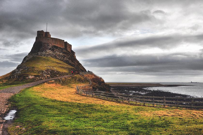 A viking kor kezdete volt, amikor 793-ban az első hajók elérték az angliai Lindisfarne partjait, ahol kifosztották és lemészárolták az apátságot. Ezután a vidék egyre nagyobb része került skandináv uralom alá, egészen Nagy Knut haláláig, aki Dánia, Anglia, Norvégia és Svédország területén uralkodott 1035-ig.