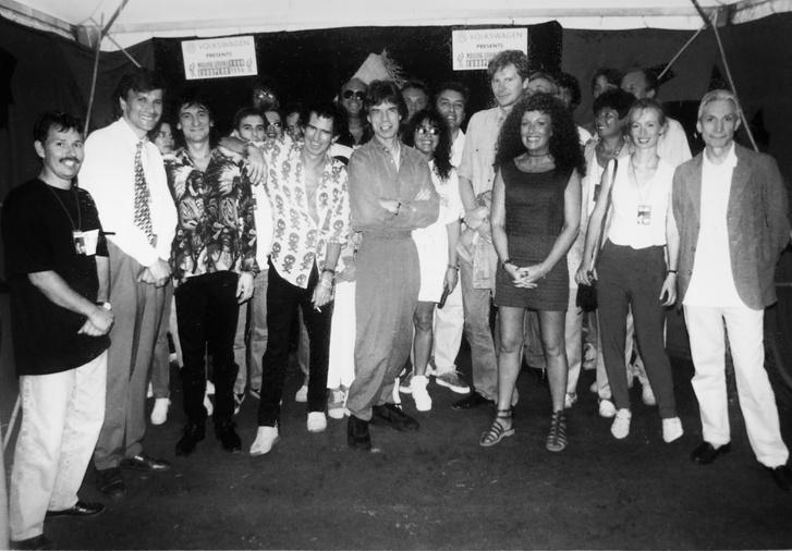 Szemfüles olvasóknak feltűnhet, hogy a képen Mick Jagger vagy Keith Richards mellett felbukkan Demszky Gábor Fodor Gábor és Frenreisz Károly is.