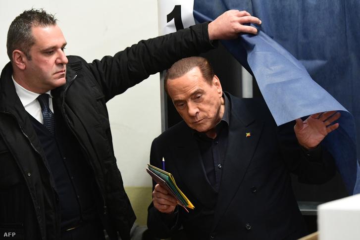 Silvio Berlusconi szavaz