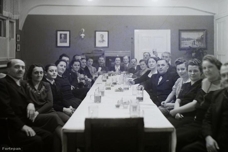 DDSG vezetők, családjaikkal közös ünnepen Hitler és Horthy képei alatt az Óbudai Hajógyárban (a kép 1938 és 1943 között készülhetett). Leltári jelzet: MMKM TFGY 2017.2.578.