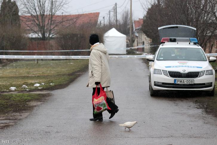 Rendõrség által lezárt terület 2018. február 23-án Rákóczifalván ahol holtan találtak két férfit otthonaikban.