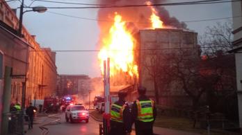 Hatalmas lánggal égett egy raktár a Soroksári úton