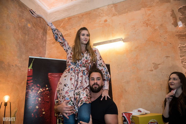 Dallos Bogi énekesnőt pedig a magasba emelték, ő vállon ülve evett chipset