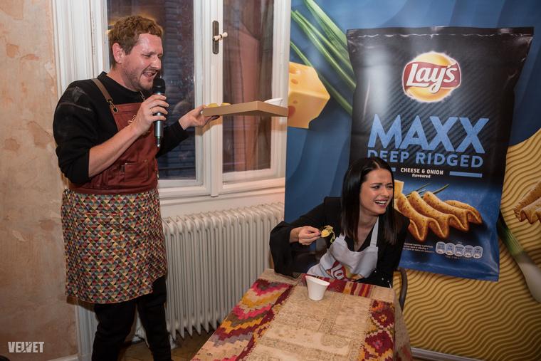 Egy másik vicces feladatban Lola olyan asztalról evett, ami folyamatosan mozgott, mint egy asztaltáncoltatós szeánszon.