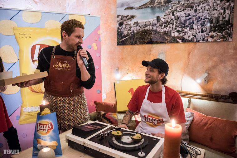Istenes Bencének egy forgó lemezjátszóról kellett leenni a chipsszel körített ételkülönlegességeket.