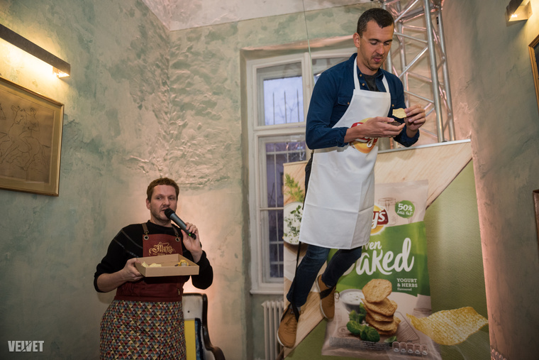 Feltételezzük, hogy azért még Lakatos Márknál sem normál kelléke egy kedd esti házibulinak, hogy valaki a plafonról (vagyis a szobában felállított daruról) zsinóron lógva étkezik, dehát mit fotóztunk volna, ha nem szerveznek néhány vicces feladatot a résztvevőknek?!