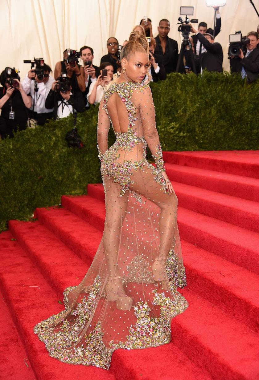 Beyoncé ebben a fantáziának nem sok teret hagyó Givenchy-ruhában a 2015-ös MET-gála résztvevőit kápráztatta el.