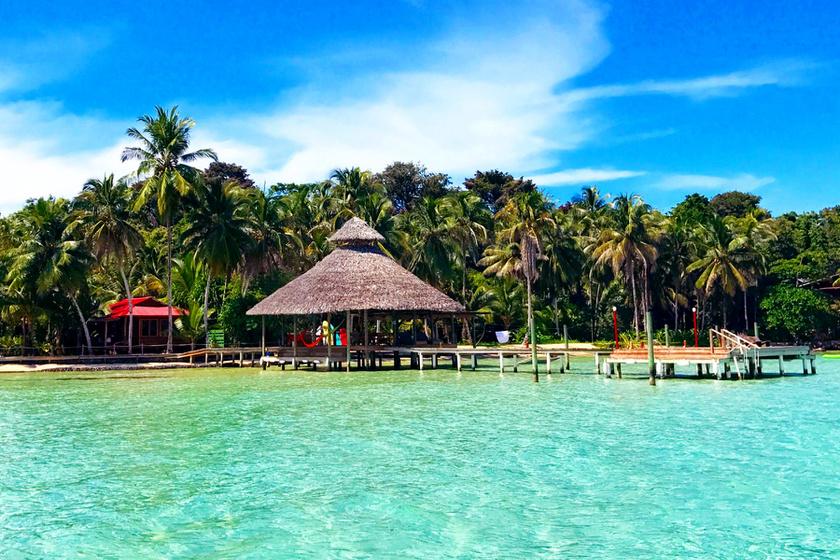 Dave és Suzanne öt év alatt építette fel a Casa Cayuco Eco Adventure Lodge névre hallgató, 24 ágyas luxuskunyhót a panamai Bocas del Toro provinciában.