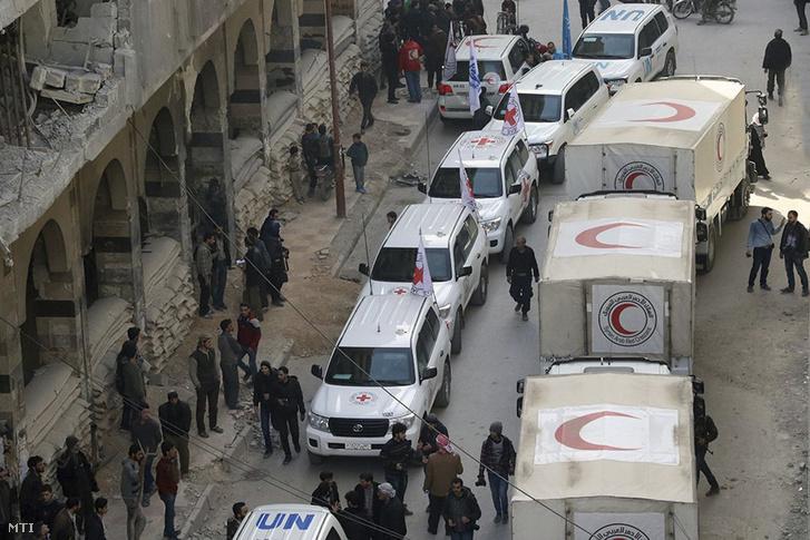 A Szíriai Arab Vörös Félhold által közreadott képen a humanitárius szervezet járműoszlopa segélyszállítmányt juttat el a Damaszkusz közelében levő, felkelők uralta kelet-gútai Dúmába 2018. március 5-én. Ez az első segélykonvoj azóta, hogy a szíriai kormányerők két héttel korábban a hét éve tartó háború egyik legpusztítóbb támadását indították el az ottani lázadók ellen.