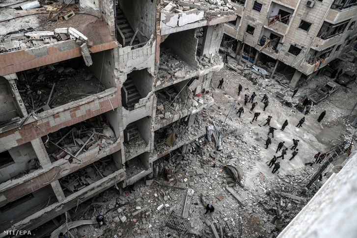 Szíriai civilek épülettörmeléket takarítanak egy útról a felkelők uralta kelet-gútai Dúma városban 2018. február 22-én, a szíriai kormánnyal szövetséges erők újabb légicsapásai után. A kelet-gútai térséget ezen a napon ért légi- és tüzérségi támadások halálos áldozatainak száma 46-ra emelkedett.