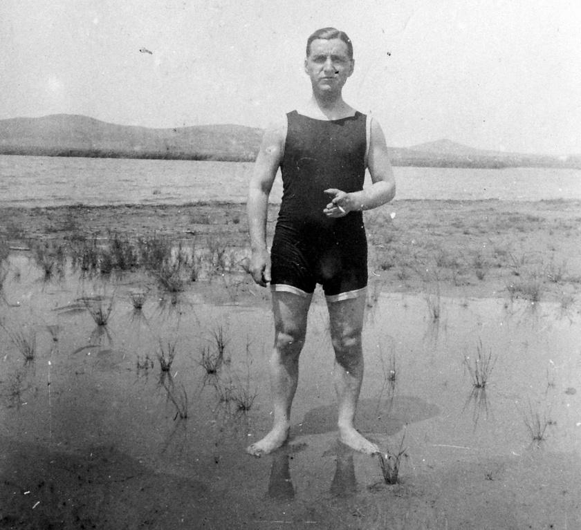 A legrégebbi kép 1924-ből származik, a déli parton készült, a háttérben a Bence- és a Csúcs-hegy látszik. A part jóval természetesebb képet mutat még a mostaninál, ám a növénycsomók nem feltétlenül hiányoznak a strandolóknak.