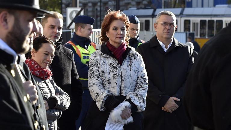 Fideszes képviselők írtak alá a volt szocialista miniszternek