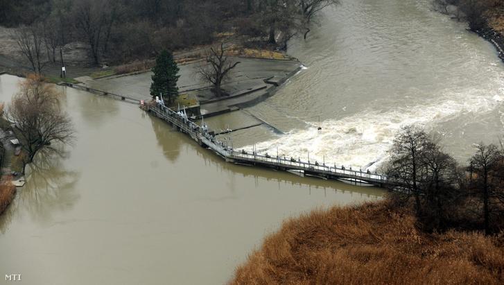 Árad a Hernád a Borsod-Abaúj-Zemplén megyei Felsődobsza határában 2011. január 13-án. Ennek rendberakása volt az első munka